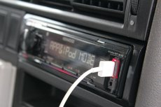 Używanie funkcji Bluetooth lub ładowarek w samochodach z wypożyczalni może być niebezpieczne dla naszych danych