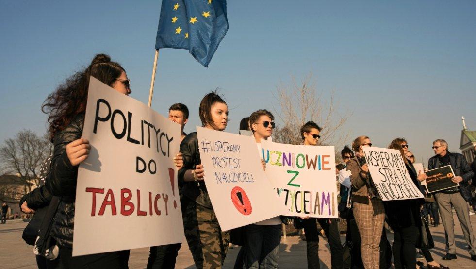 Protest poparcia dla strajkujących nauczycieli w Lublinie. Jest więcej grup zawodowych, które uważnie im się przyglądają, od efektu strajku uzależniając własne protesty.