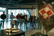 """Koszulki polskiej firmy """"Red is Bad"""", która otwarcie demonstruje swoją niechęć wobec Unii Europejskiej, można znaleźć w gdańskim Muzeum II Wojny Światowej"""
