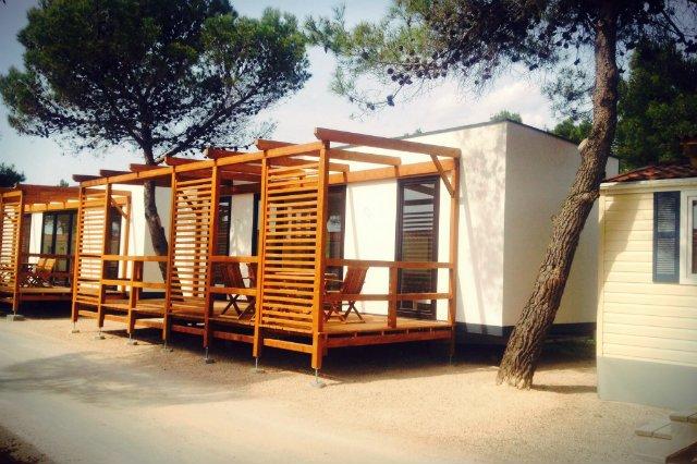W ubiegłym roku LS Tech Homes zrealizowało zamówienie na 130 mobilnych domków turystycznych. Każdy z nich o powierzchni 34 m2 plus 22 metrowy drewniany taras