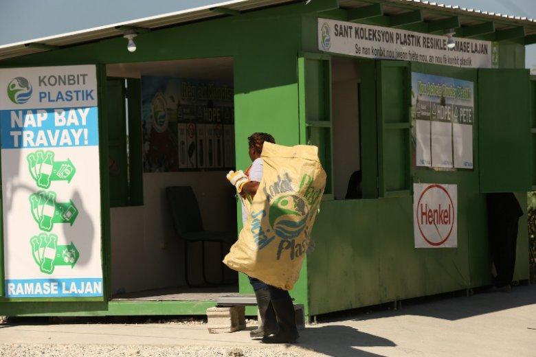 """Plastic Bank - celem organizacji, z którą współpracuje Henkel, jest upowszechnienie skupu """"plastiku""""."""
