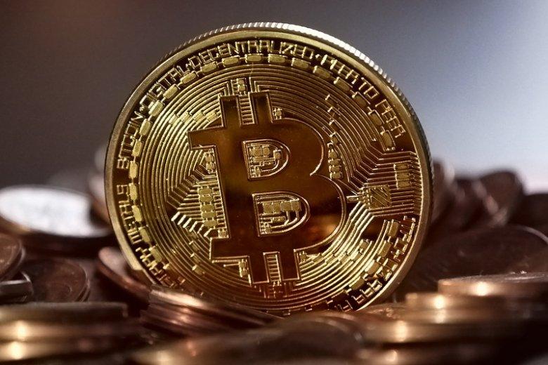 Bitcoin, pierwsza zdecentralizowana waluta na świecie, to najpopularniejszy obecnie wirtualny środek płatniczy. W grudniu na polskim rynku zadebiutowała EXMO, giełda oferująca możliwość handlu tą i innymi podobnymi kryptowalutami