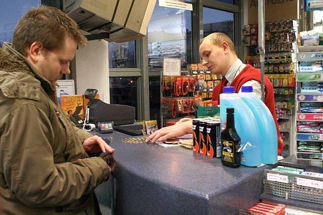 Klient będzie mógł zrobić zakupy przez internet i odebrać je na stacji benzynowej – tak działa model click&collect, który chce wdrożyć Orlen.