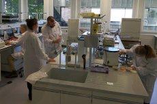 W Lozannie pracują dziesiątki naukowców. Jedni myślą o bezpieczeństwie żywności, inni karmią bakterie różnymi odpadami
