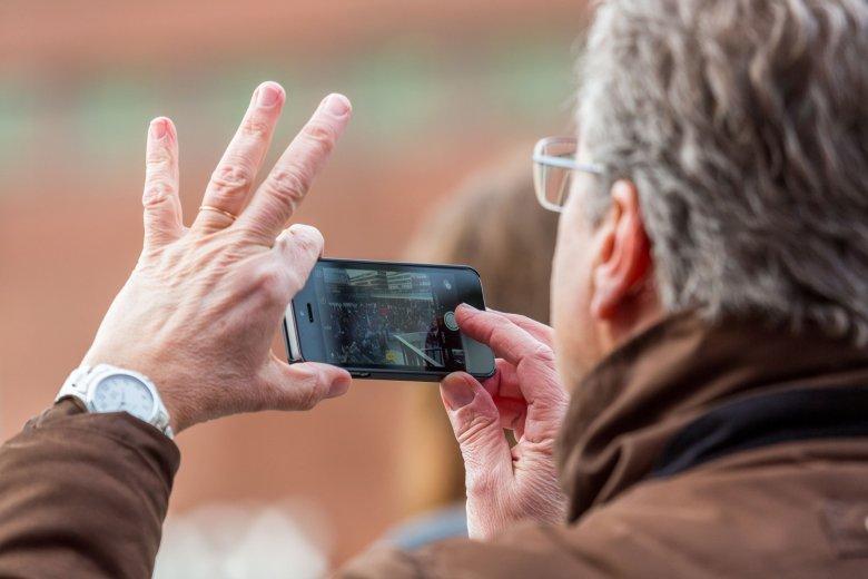 Osoba, która na rok zrezygnuje z używania smartfona, może zgarnąć 100 tys. dolarów.