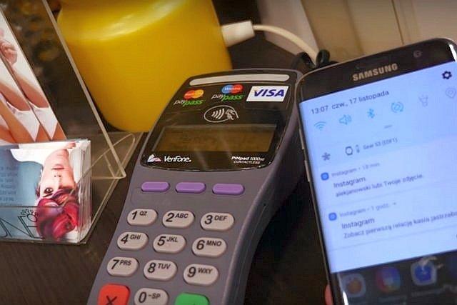 Płacić można nie tylko gotówką czy kartą, ale i telefonem - wystarczy NFC i Google Pay lub Apple Pay połączone z kartą płatniczą