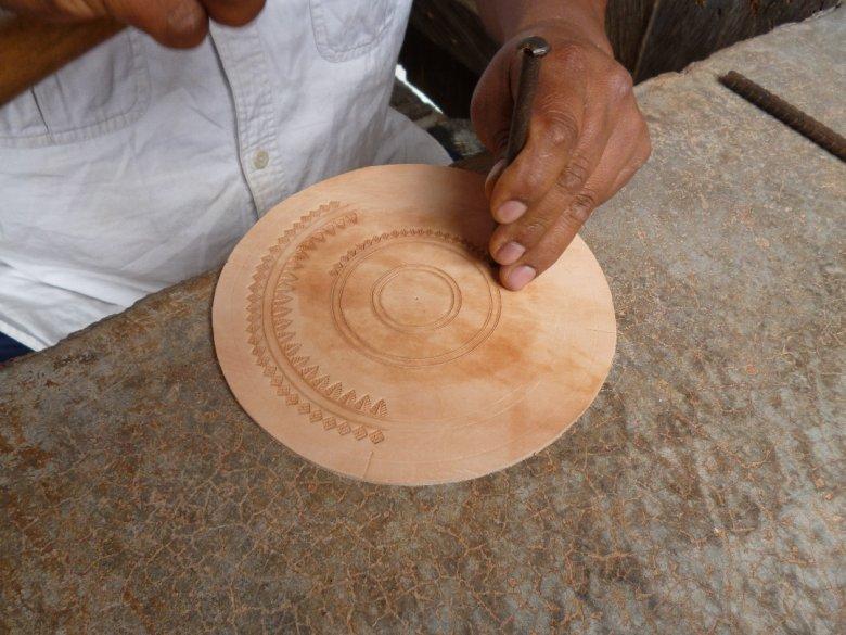 Największym zainteresowaniem cieszą się okrągłe, skórzane, ręcznie wytłaczane torby z małego rodzinnego warsztatu w Meksyku.