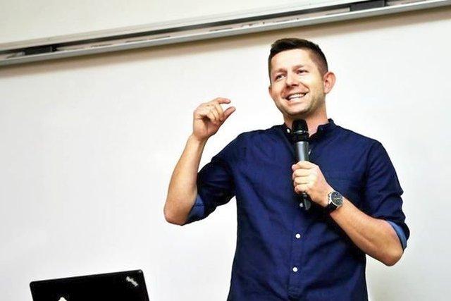 Michał Sadowski, szef Brand24 też teoretycznie jedzie na stracie. W praktyce dużo inwestuje, z powodzeniem wszedł na giełdę