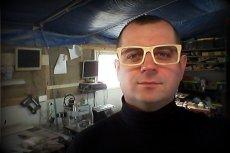 Grzegorz Komorowski jest stolarzem, który wykonuje drewniane oprawki do okularów. Jego produkty wygrywają z chińską konkurencją