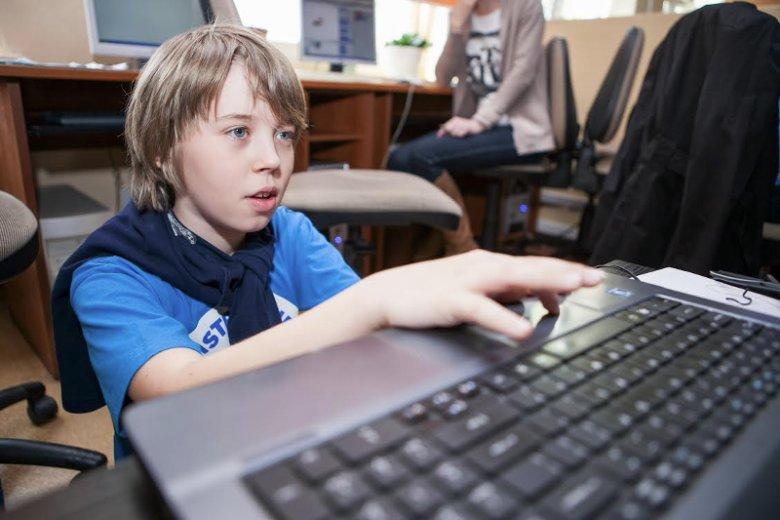 """Nikodem Pietras to jeden z najbardziej znanych w Polsce uczniów uczestniczących w programie edukacyjnym """"Mistrzowie Kodowania"""""""
