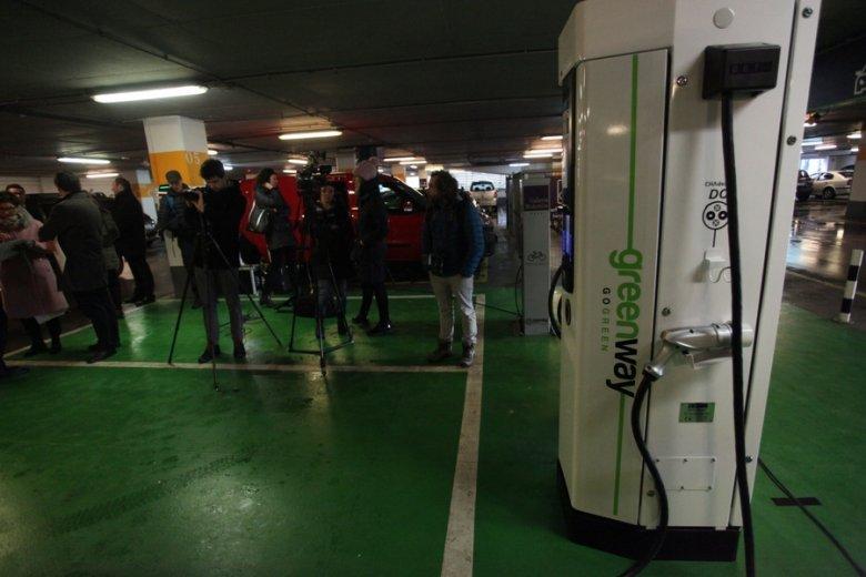 Szczyt high-tech na chwilę obecną: stacja ładowania aut w stołecznej Galerii Mokotów.