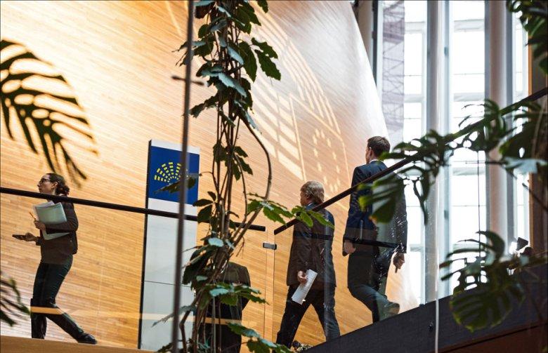 Posłowie schodzą się na posiedzenie. Strasburg, 7 marca. Fot. European Parliament