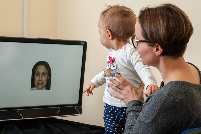 16 –miesięczne dzieci, później zdiagnozowane jako autystyczne nie potrafią zatrzymać wzroku na twarzy
