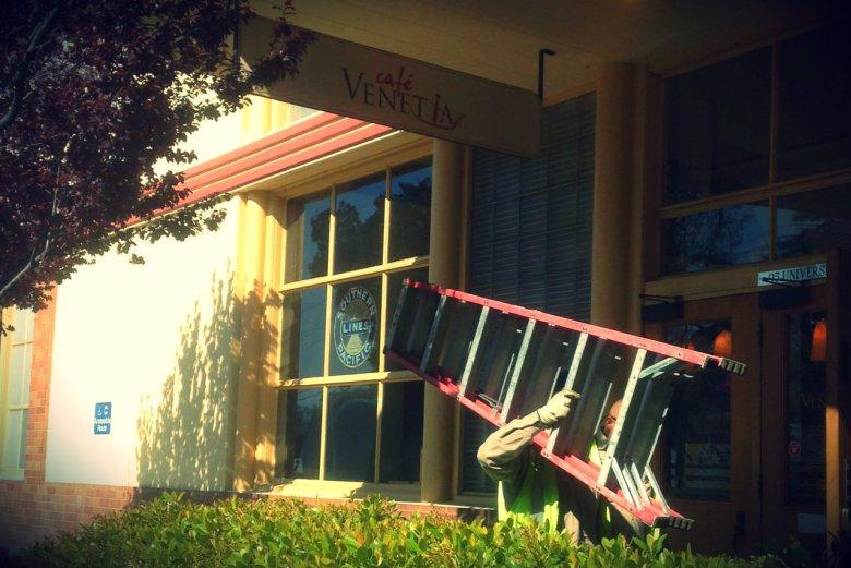 Palo Alto. Robotnicy, drabina i smutna kawiarnia. Innowacji, startupow i leżących na ulicach milionów dolarów ani śladu.
