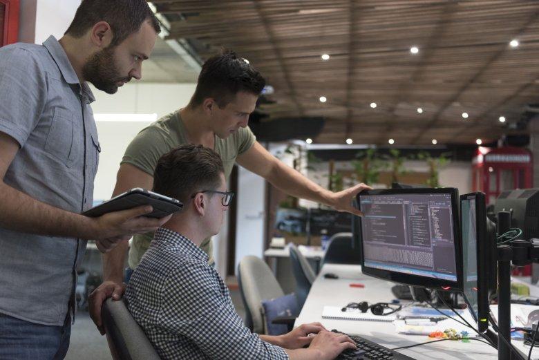 Branżą IT od lat niepodzielnie władają mężczyzni - na 10 programistów przypada zaledwie 3,4 programujących kobiet.