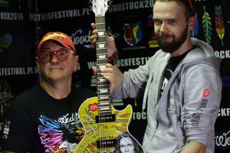 Jurek Owsiak i Szymon Chwalisz z jedną z pomalowanych przez Nędznego Malarzynę gitar.