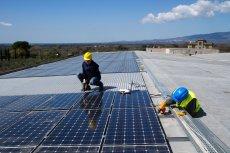 Korzystanie z energii słonecznej jest dla samorządów opłacalne. Jednak aby rozpocząć tę inwestycję, muszą one korzystać z dotacji.