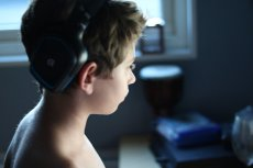 Kasjer odmówił chłopcu sprzedaży słuchawek gamingowych, ponieważ nastolatek nie miał zgody rodziców