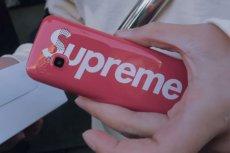 Supreme Burner Phone to najzwyklejszy telefon, ale ma na sobie olbrzymie logo Supreme. Wyprzedał się momentalnie