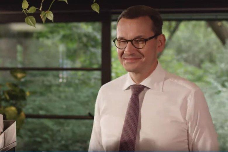 Premier Mateusz Morawiecki w nowym spocie zamawia kawę.