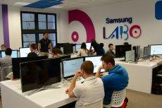 Studenci ZUT podczas zajęć Samsung LABO w oddanej na użytek programu pracowni komputerowej