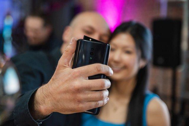 Oppo Reno ma wysuwany moduł z aparatem do selfie