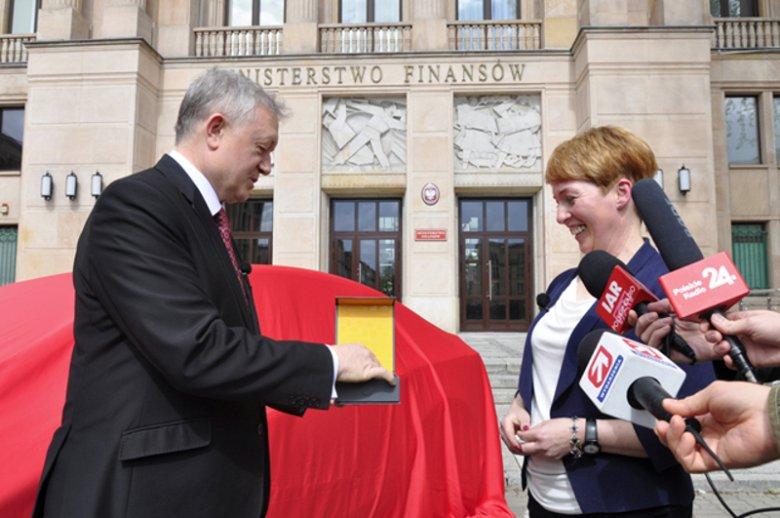 Pani Beata, mieszkanka gminy Alwernia, odbiera z rąk wiceministra Wiesława Janczyka kluczyki do Opel Astry  – nagrody głównej Narodowej Loterii Paragonowej