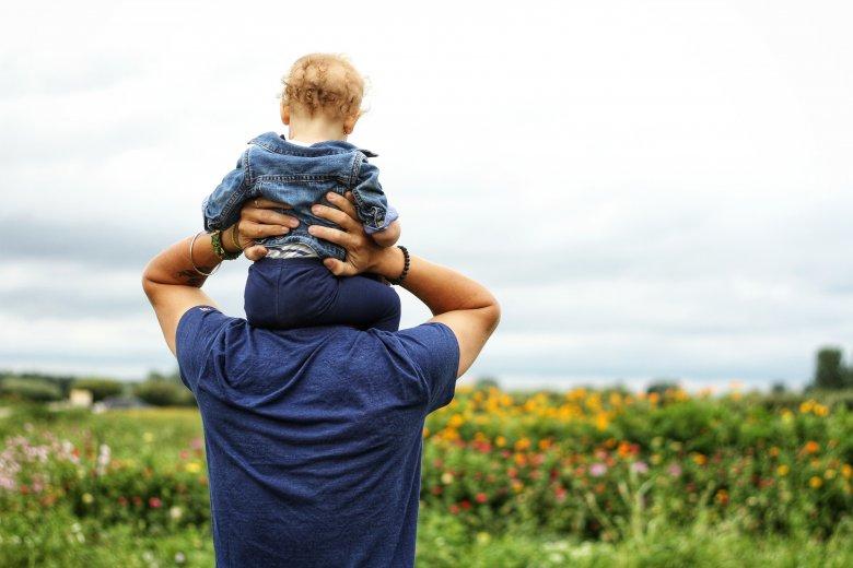 Coraz więcej ojców decyduje się na trwający dwa tygodnie urlop ojcowski.