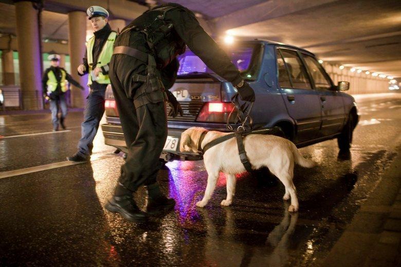Policja coraz skuteczniej odbiera przestępcom majątek - nawet bitcoiny i lokomotywy