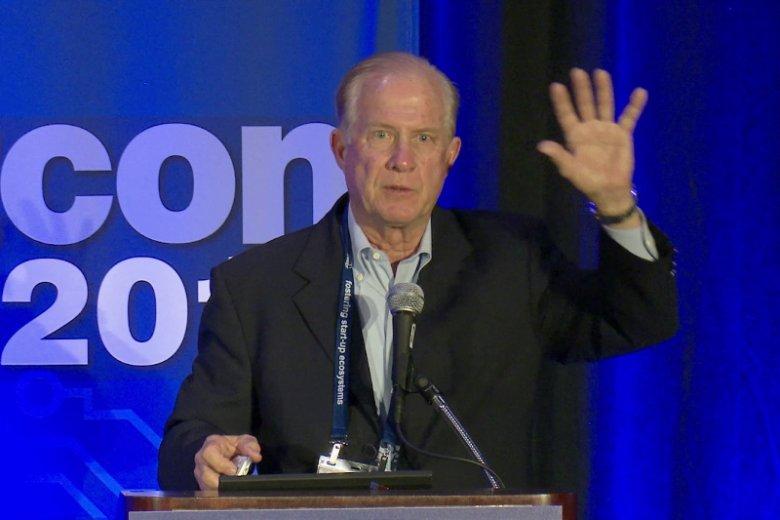 Tom Kalinske, prezes Sega of America w latach 1990-1996, swoim nieszablonowym podejściem wywrócił do góry nogami branżę gier wideo, przełamując dominację Nintendo. Na zdjęciu główny bohater powieści ''Wojny konsolowe'' podczas konferencji TiEcon 2017