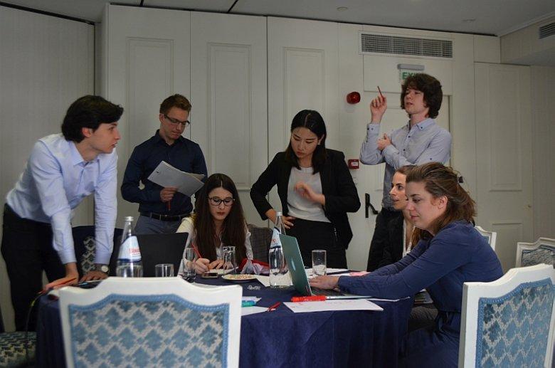 Jednej z  zespołów przy pracy nad projektem w trakcie tegorocznej edycji P&G IT Business Challenge