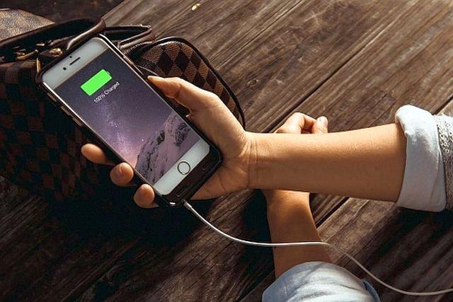 Wymiana baterii w iPhonie 6 lub nowszym kosztuje u nas 149 złotych, czyli mniej więcej o połowę więcej, niż w USA.