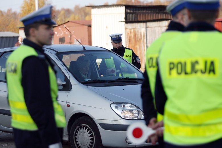 Na drogach znów wzrasta zagrożenie, policja zapowiada ostrzejsze kontrole