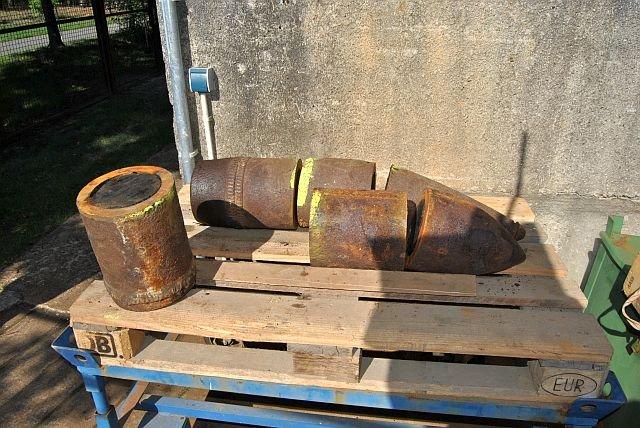 W innych krajach likwidacją niewybuchów zajmują się policyjni pirotechnicy. Specjalna bezobsługowa piła przecina pocisk na pół , następnie z wnętrza wydobywa się materiał wybuchowy.