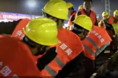 Dokładnie 9 godzin – tyle zajęło chińskim robotnikom zbudowanie połączenia trzech linii kolejowych z nowym dworcem w miejscowości Longyan