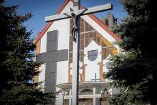Krzyż z paneli fotowoltaicznych na elewacji kościoła w Pleszewie latem ma produkować 5,2 kW prądu.