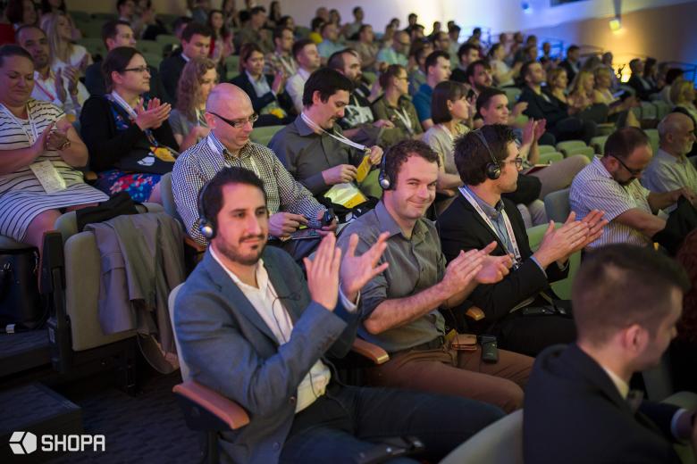 Licznie zgromadzona publiczność stworzyła niesamowitą atmosferę podczas konferencji.