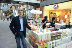 Aromanti to ogólnopolska sieć sklepów sprzedających zapachy do wnętrz w postaci świec, dyfuzorów i lamp. Firmę założył Krzysztof Plitnik, który pracował w takich międzynarodowych korporacjach jak Mars czy Orange