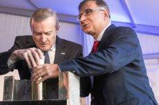 Prezes PKO BP Zbigniew Jagiełło (z prawej) jest wart dla banku ponad pół miliarda złotych. Na zdjęciu: wmurowanie kamienia węgielnego pod nową Rotundę