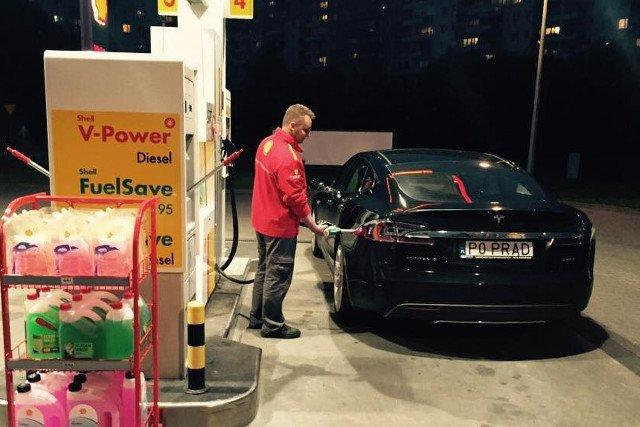 To oczywiście żart, choć w Polsce przydałby się mały silniczek zapasowy np. na LPG