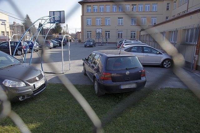 Droga do szkoły. W polskich szkołach dowożenie dzieci przez rodziców też jest powszechne i powoduje sporo utrudnień w ruchu.