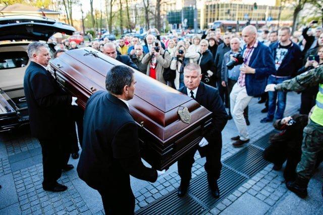 Wysokie koszty pochowania bliskiej osoby może nieco złagodzić zasiłek pogrzebowy