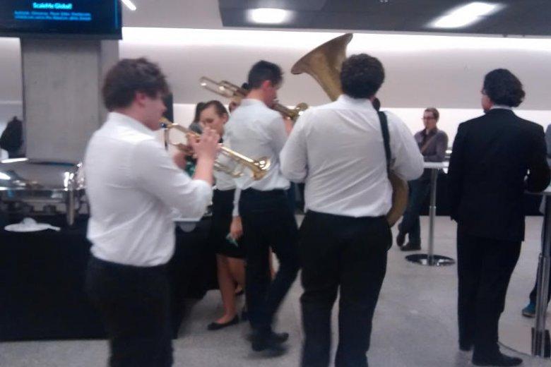 W holu spotkać można było nawet orkiestrę.