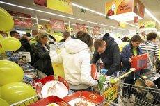 Pracownicy Biedronki zarabiają lepiej, niż nauczyciele. A teraz będą dojeżdżać do pracy taksówkami