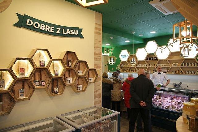 Pierwszy sklep Lasów Państwowych został otwarty w grudniu w Warszawie, w ich siedzibie głównej.