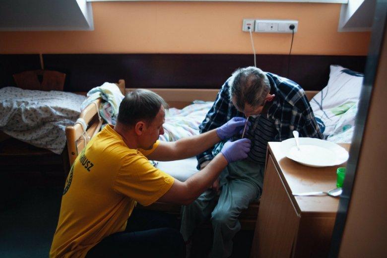 Opieka nad osobami starszymi i dziećmi należą do najczęściej realizowanych projektów wolontariackich, również w Polsce.