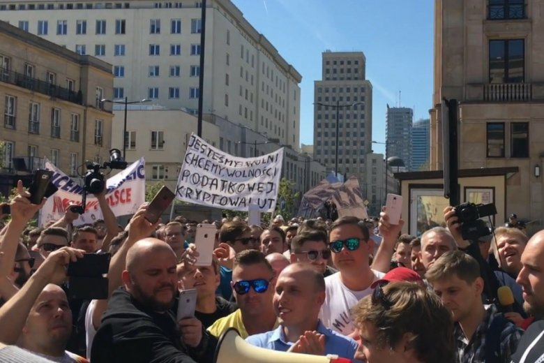 Demonstracja inwestorów handlujących kryptowalutami pod warszawską siedzibą ministerstwa finansów.
