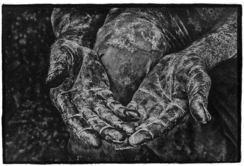 """Foto: Stéphane Noël, """"Caridad manos"""", fotografia w technice gumy dwuchromianowej"""