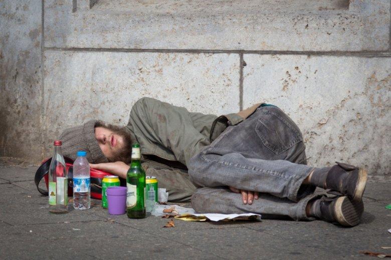 Bezdomny na ulicach Berlina. Nawet w Niemczech, które w Polsce są synonimem godnego życia, bieda nie jest wyjątkową rzadkością.