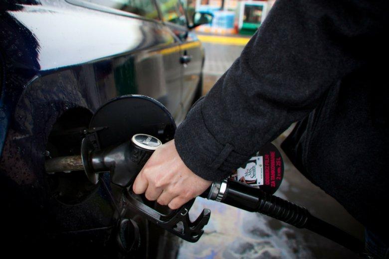"""Zdaniem """"Gazety Wyborczej"""" statystyki pokazują, że gdzieś wyparowują pieniądze z akcyzy i opłaty paliwowej."""